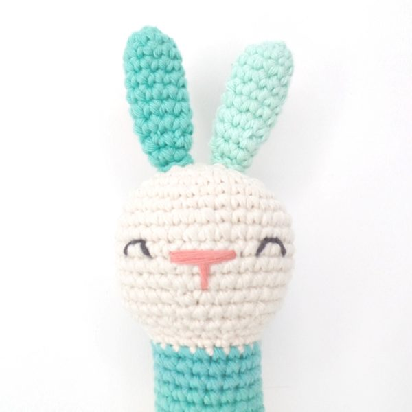 Hochet lapin bleu vert nez rose